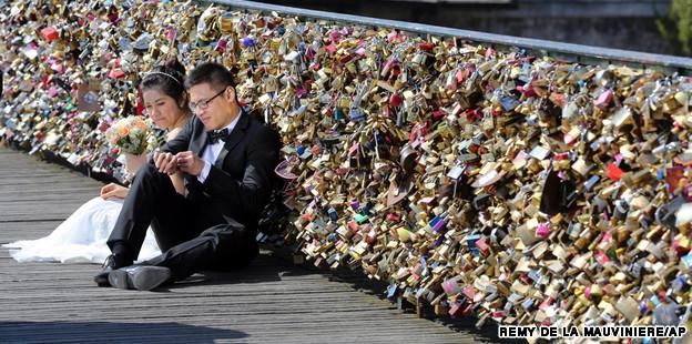 Paris bridge removes 'love locks'